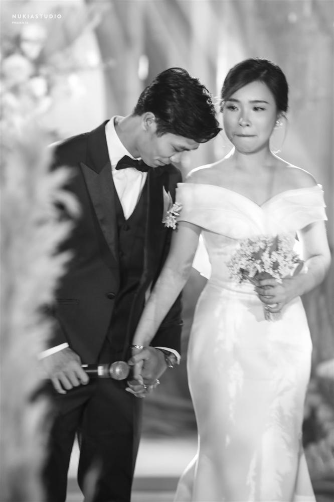 Bất ngờ về áo dài và váy cưới vợ Công Phượng mặc trong ngày đính hôn - Ảnh 9