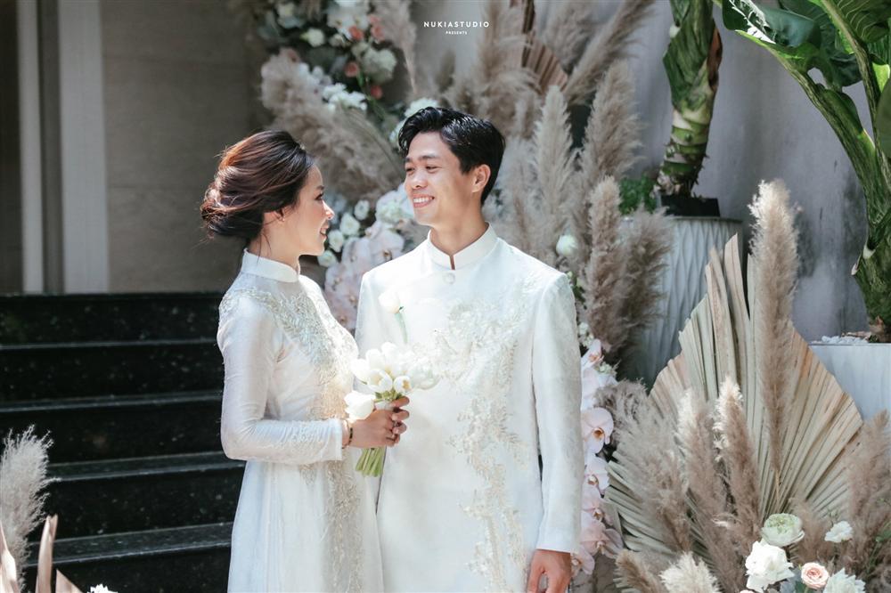 Bất ngờ về áo dài và váy cưới vợ Công Phượng mặc trong ngày đính hôn - Ảnh 2