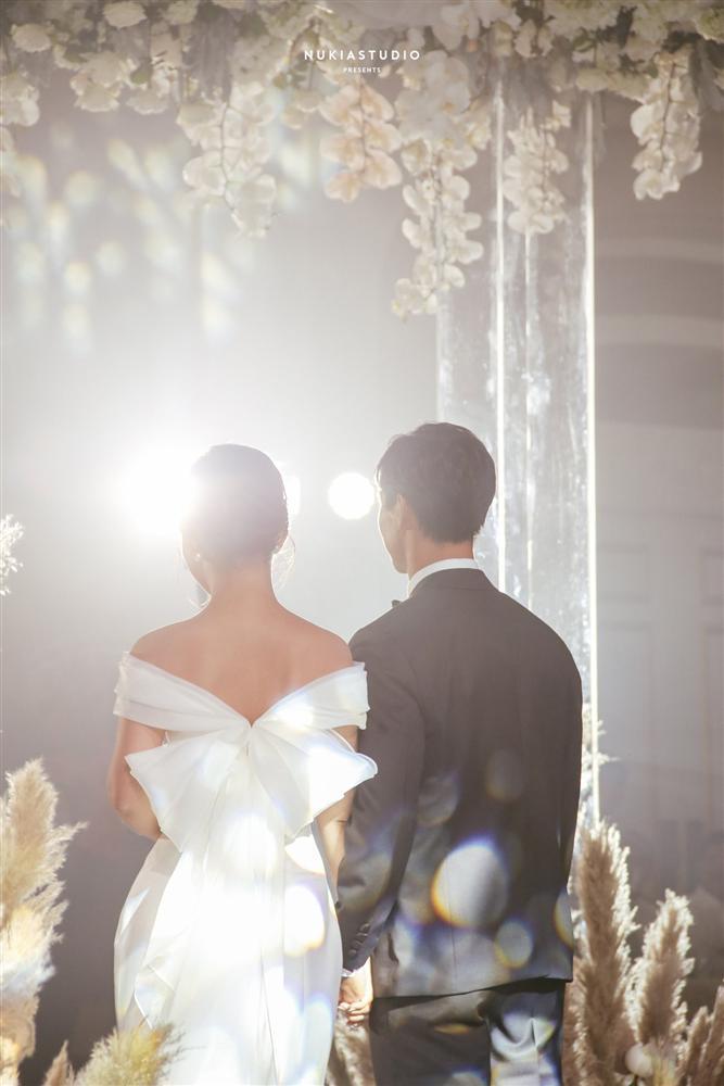 Bất ngờ về áo dài và váy cưới vợ Công Phượng mặc trong ngày đính hôn - Ảnh 8