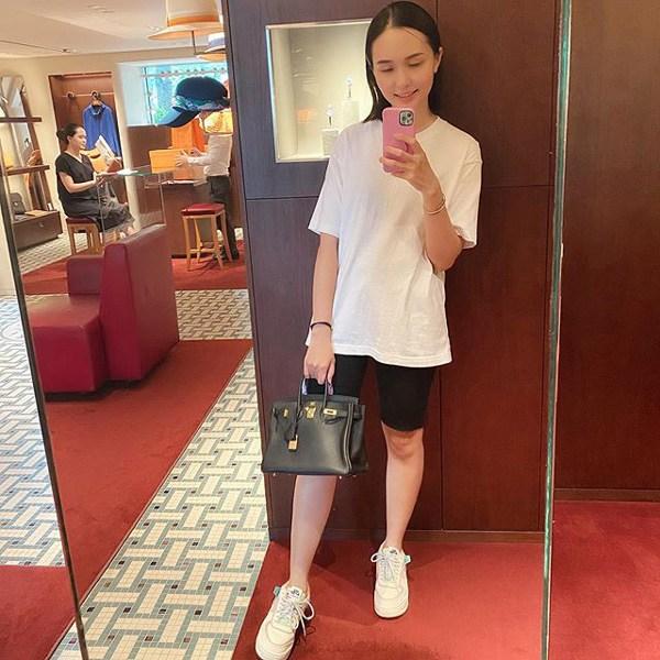 Chị gái công chúa béo Quỳnh Anh ăn mặc sang chảnh, túi Hermes nhiều hơn cả em gái - Ảnh 1