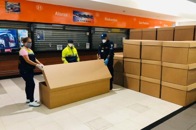 Ecuador dùng thùng carton làm quan tài gom thi thể trên phố - Ảnh 1