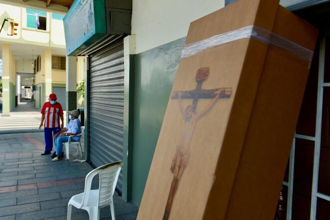 Ecuador dùng thùng carton làm quan tài gom thi thể trên phố - Ảnh 2