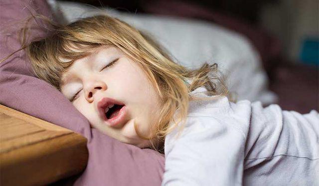 4 tư thế ngủ của trẻ không chỉ nguy hiểm mà còn ngầm báo sức khỏe đang có vấn đề - Ảnh 1