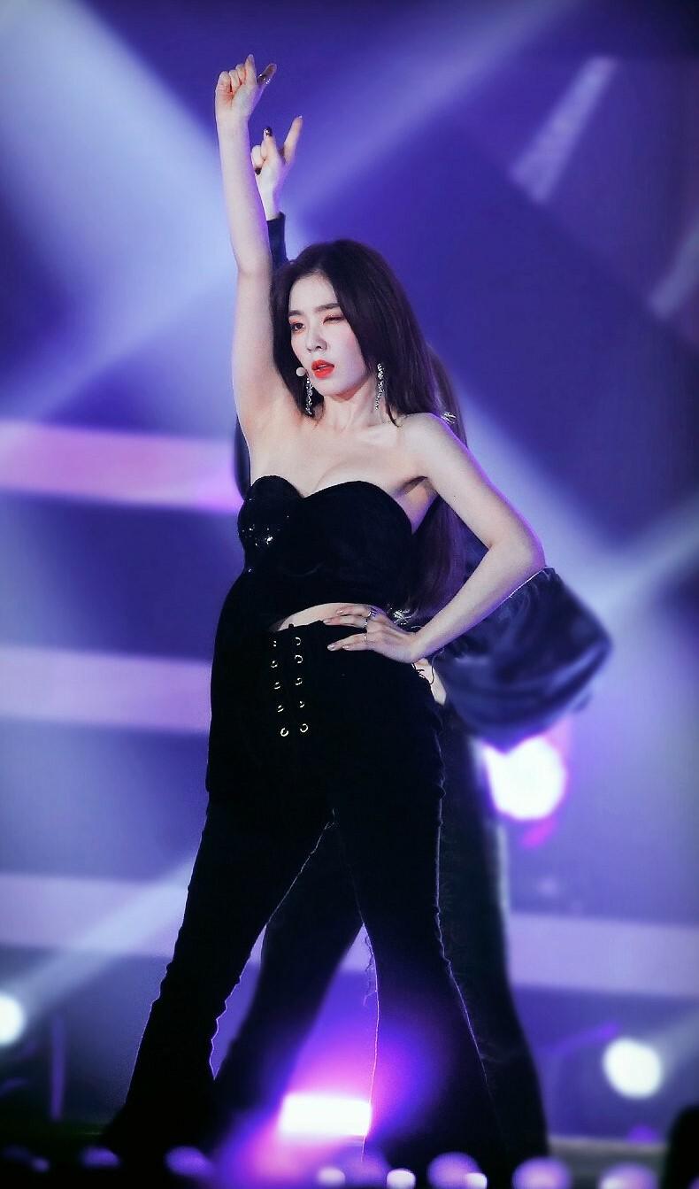 5 idol khiến fan khó rời mắt khi diện áo 'một gang tay' - Ảnh 4