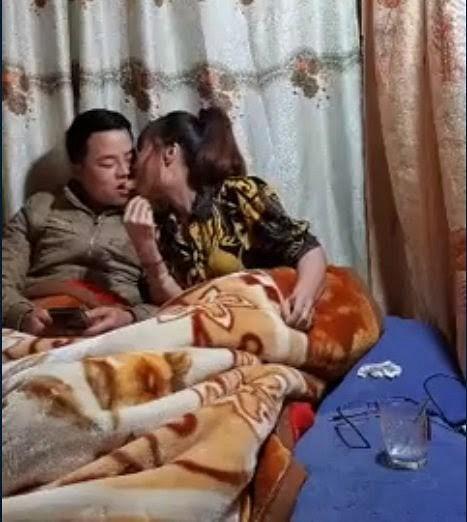 Dân mạng sốc trước hành động dùng miệng đút đồ ăn cho chồng trẻ trên giường của 'cô dâu 62 tuổi'  - Ảnh 1