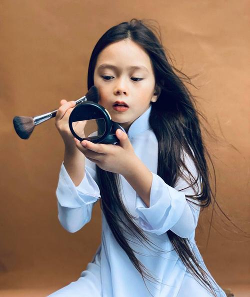 Con gái mỹ nhân Việt bé tí đã sành sỏi làm điệu - Ảnh 1