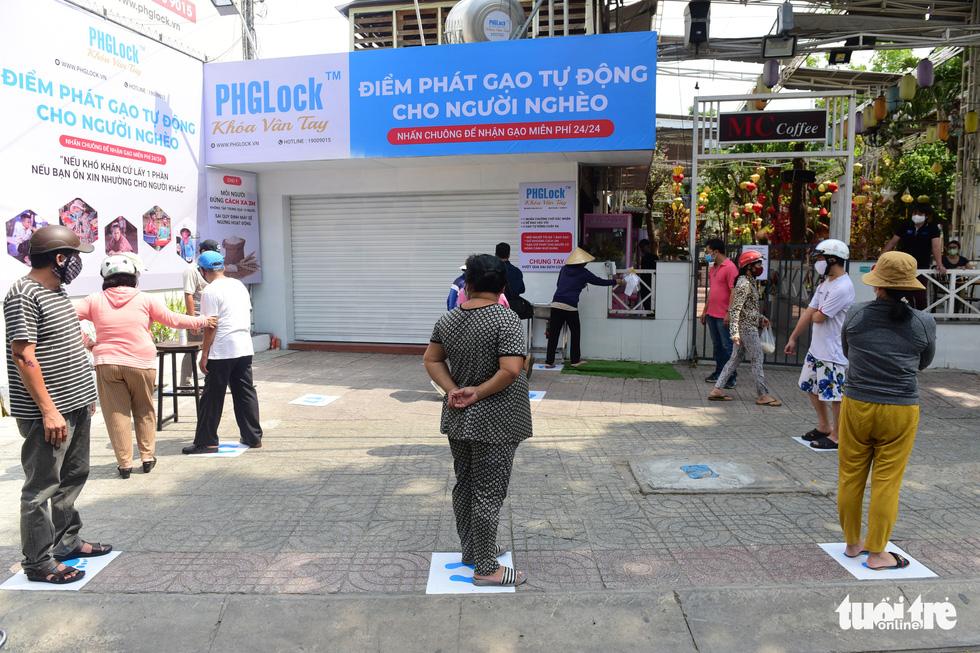 'ATM gạo' ở Tân Phú tuôn trào nhân ái Sài Gòn 24/24 - Ảnh 4