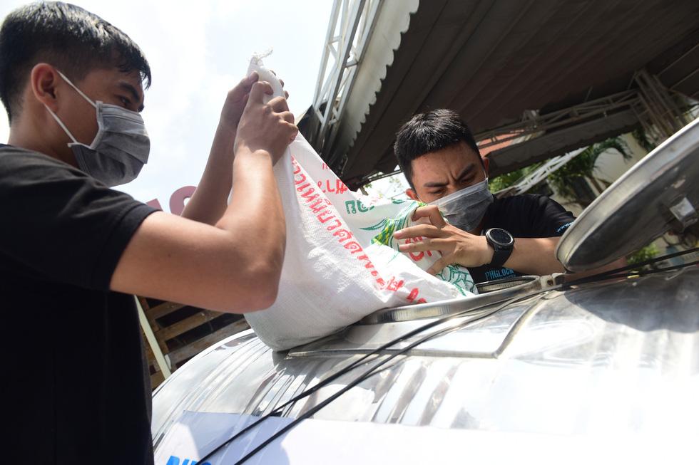 'ATM gạo' ở Tân Phú tuôn trào nhân ái Sài Gòn 24/24 - Ảnh 5