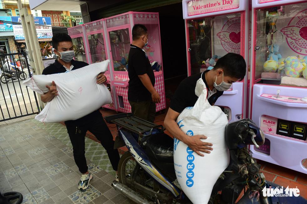 'ATM gạo' ở Tân Phú tuôn trào nhân ái Sài Gòn 24/24 - Ảnh 6