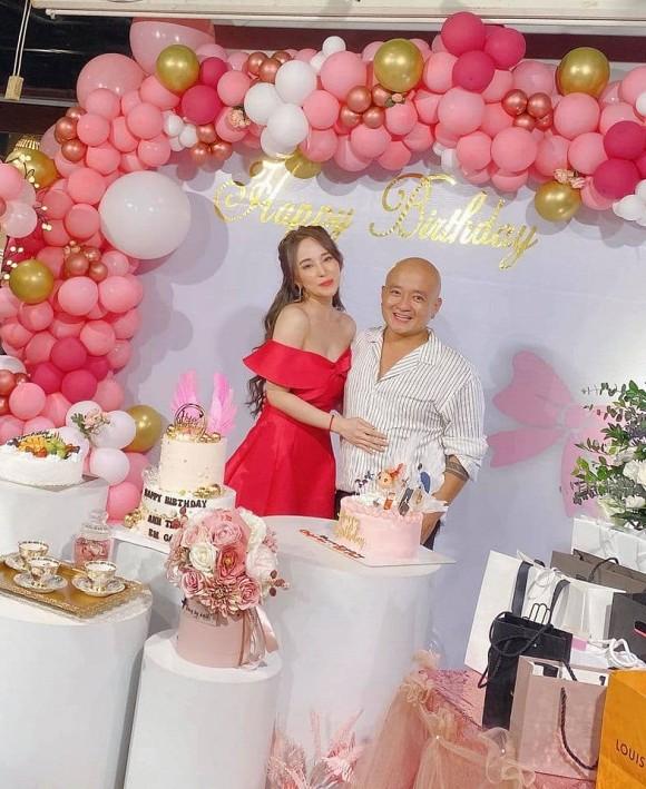 Khẳng định chỉ là anh em thân thiết, nhưng Quỳnh Nga và Việt Anh luôn kề sát nhau, không rời nửa bước trong tiệc sinh nhật - Ảnh 4