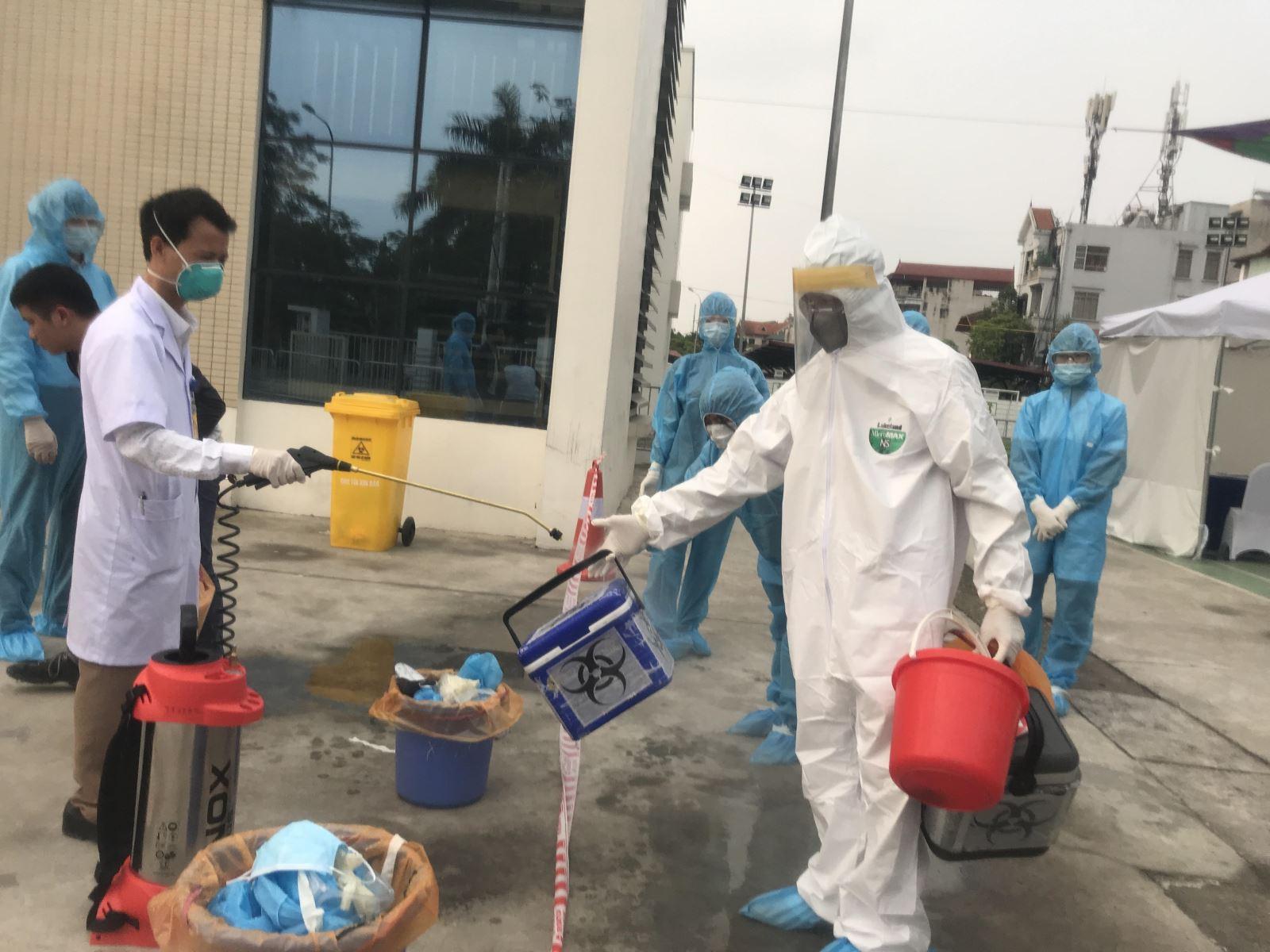 Đội phản ứng nhanh phòng dịch COVID-19: Đã khoác đồ phòng hộ là xác định 'ngứa không gãi, không đi vệ sinh' - Ảnh 6