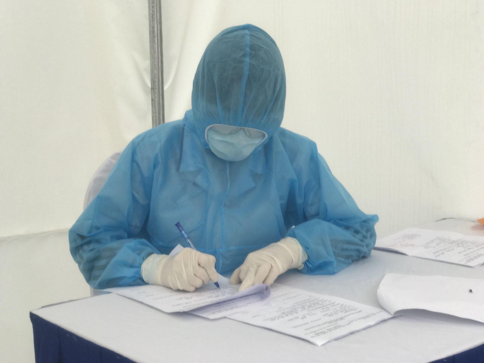 Đội phản ứng nhanh phòng dịch COVID-19: Đã khoác đồ phòng hộ là xác định 'ngứa không gãi, không đi vệ sinh' - Ảnh 2