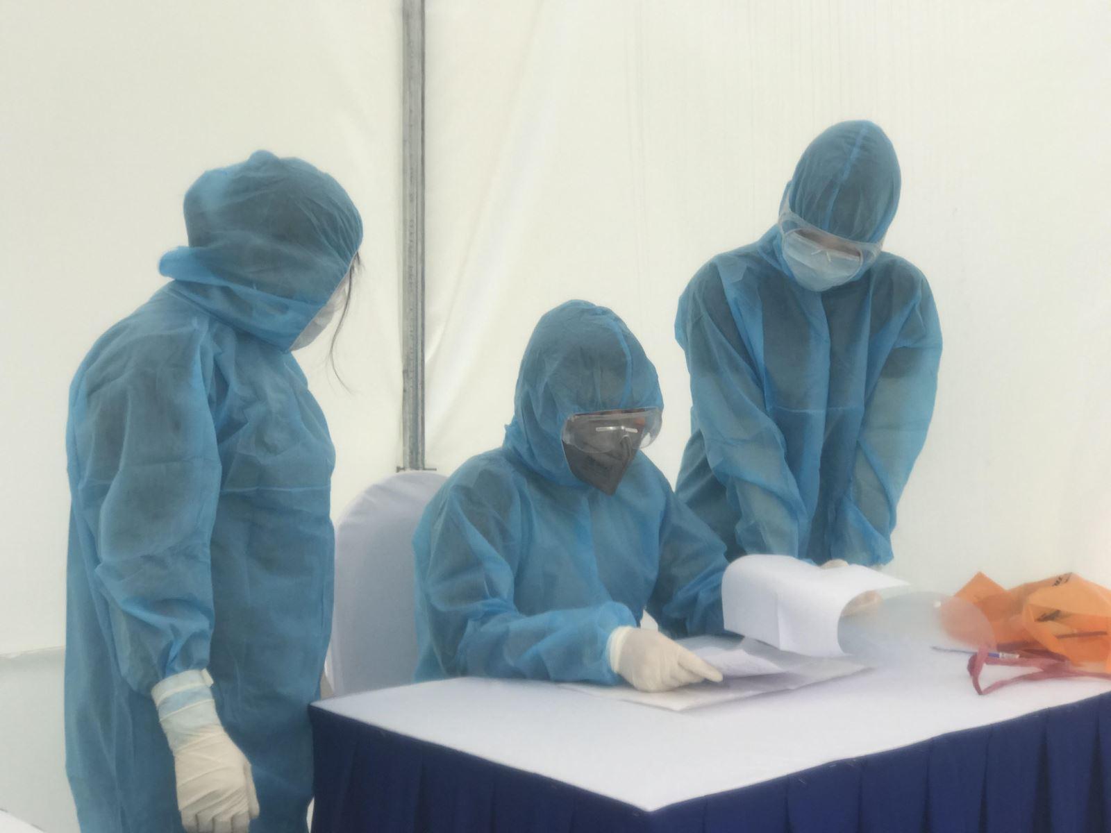 Đội phản ứng nhanh phòng dịch COVID-19: Đã khoác đồ phòng hộ là xác định 'ngứa không gãi, không đi vệ sinh' - Ảnh 3