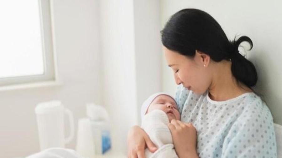 Phụ nữ sau sinh tắm gội như thế nào để bảo vệ sức khỏe? - Ảnh 1