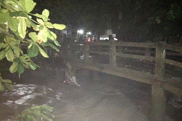 Đang tìm kiếm 2 người bị nước suối cuốn trôi tại Đồng Nai - Ảnh 2