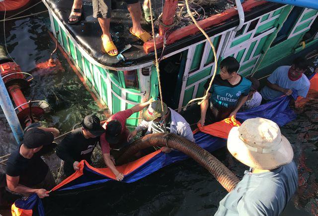 Quảng Nam:  Chìm tàu cá, 6 ngư dân may mắn thoát chết - Ảnh 1
