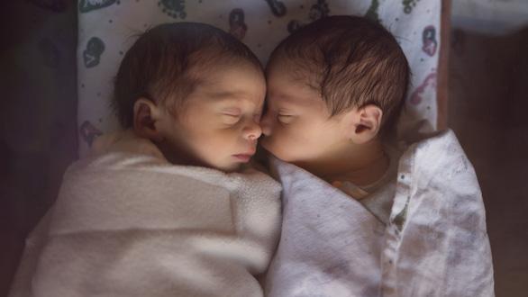 Hi hữu sản phụ bị 'đòi lại 2 con sinh đôi' vì ghép nhầm phôi thai - Ảnh 1