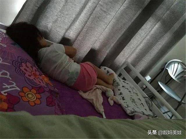 Bé 5 tuổi ngủ một mình nhưng luôn nói 'có rất nhiều người', mẹ lén xem camera thì bật khóc - Ảnh 1