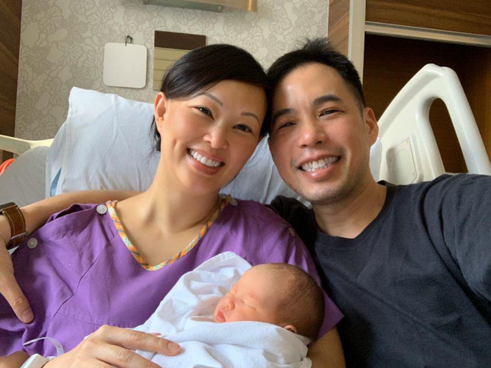 Bế con chưa đúng cách, chồng Shark Linh khiến dân tình lo lắng - Ảnh 1