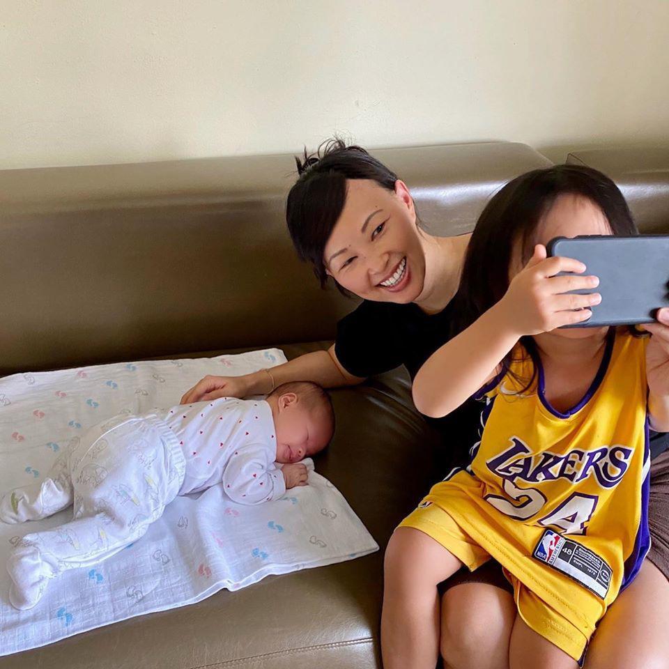 Bế con chưa đúng cách, chồng Shark Linh khiến dân tình lo lắng - Ảnh 6