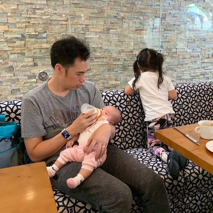 Bế con chưa đúng cách, chồng Shark Linh khiến dân tình lo lắng - Ảnh 7