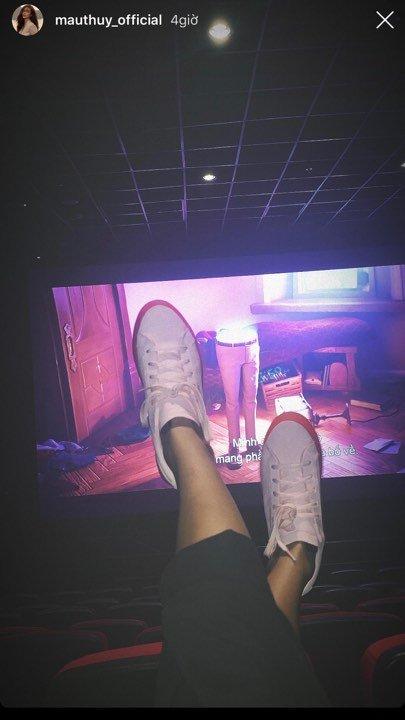Mâu Thủy bị chỉ trích thiếu văn minh khi vô tư gác chân lên ghế trong rạp chiếu phim - Ảnh 1