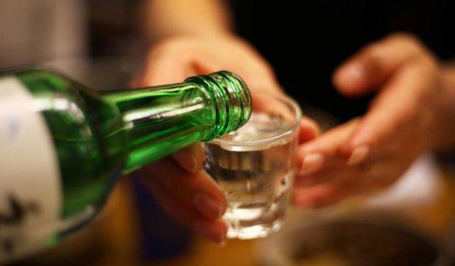 Tin lời đồn uống nhiều rượu diệt virus corona mới, người đàn ông nôn ra máu phải nhập viện - Ảnh 2