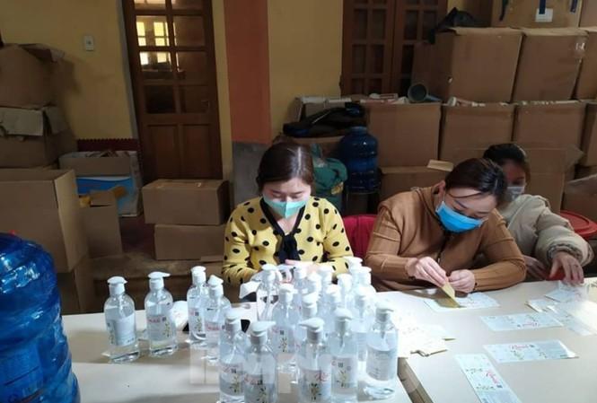 Triệt phá cơ sở sản xuất hàng nghìn chai nước rửa tay giả ở Thái Bình - Ảnh 1