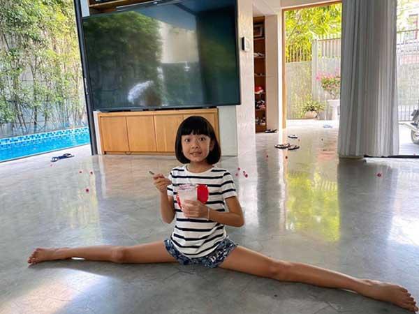Không hổ danh là con gái siêu mẫu Bình Minh: Mới 8 tuổi đã sở hữu đôi chân miên man đáng ngưỡng mộ! - Ảnh 1