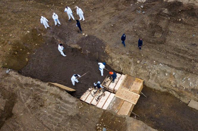 New York chôn cất tập thể bệnh nhân Covid-19 - Ảnh 1