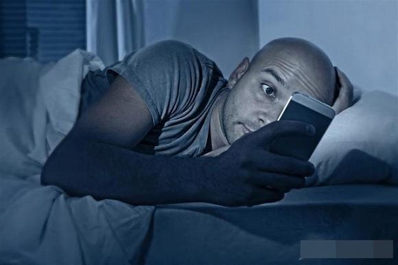 Đừng đặt 3 thứ này ở đầu giường, nguy cơ ung thư càng cao! - Ảnh 1