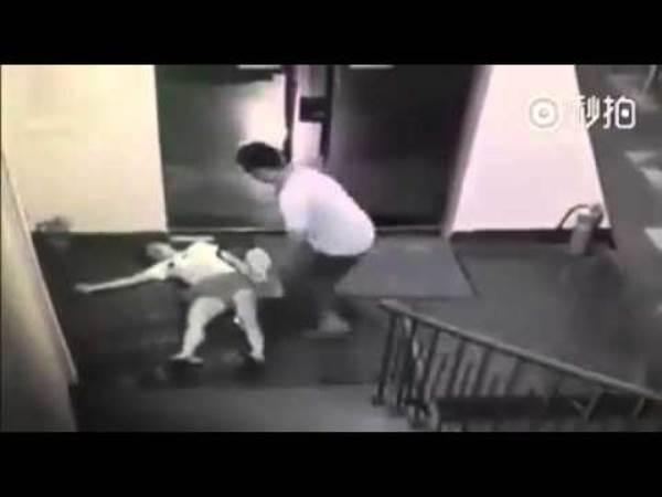 Nam thiếu niên 14 tuổi đuổi theo cô gái 16 tuổi mang váy rồi hiếp dâm ngay cửa thang máy - Ảnh 2