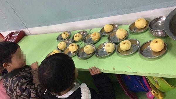 Trường mầm non cho học sinh ăn táo mốc khiến phụ huynh bức xúc - Ảnh 1