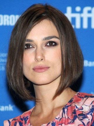 Kết hợp nhấn mắt với tóc mái dài uốn mang lại diện mạo hoàn hảo cho những cô nàng mặt vuông