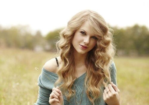 Tóc mái dài uốn xoăn lọn tọ luôn mang lại cảm giác mềm mại cho các bạn gái
