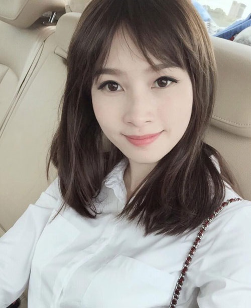 Tóc ngắn mái thưa Hàn Quốc rẽ hai bên đơn giản, mang đến vẻ nữ tính, dịu dàng cho bạn gái