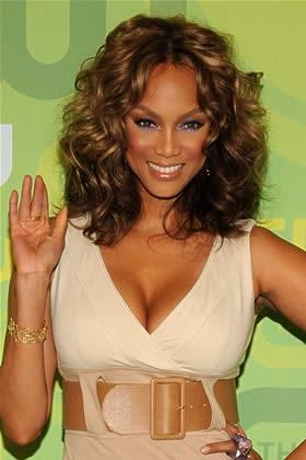 Các bạn gái có khuôn mặt dài thì nên để tóc ngắn ngang vai xoăn lọn sóng để khuôn mặt hài hòa hơn