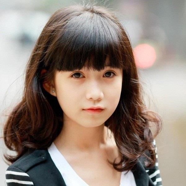 Tóc ngang vai mái bằng là kiểu tóc đẹp, thích hợp nhất với các bạn gái có khuôn mặt dài