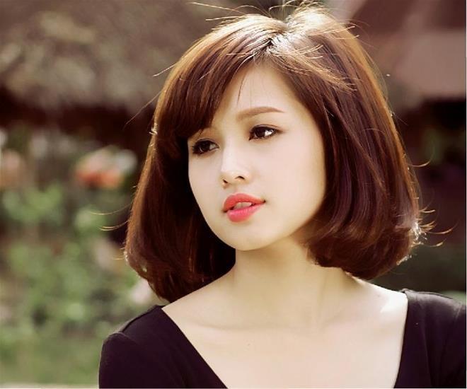Tóc ngang vai uốn cụp mái thưa là kiểu tóc đẹp không thể bỏ qua khi lựa chọn cắt kiểu tóc ngang vai