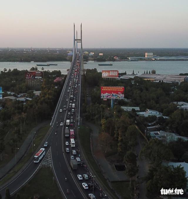 Hàng ngàn phương tiện vẫn chen chúc lên cầu Mỹ Thuận từ hướng Vĩnh Long lúc hơn 18h cùng ngày - Ảnh: CHÍ QUỐC