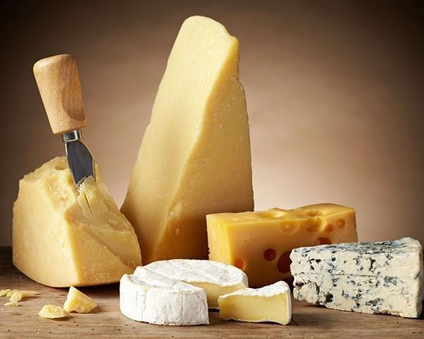 Khi bị viêm khớp, bạn nên kiêng các thực phẩm giàu chất béo bão hòa như: Phô mai, thịt đỏ, bơ,...