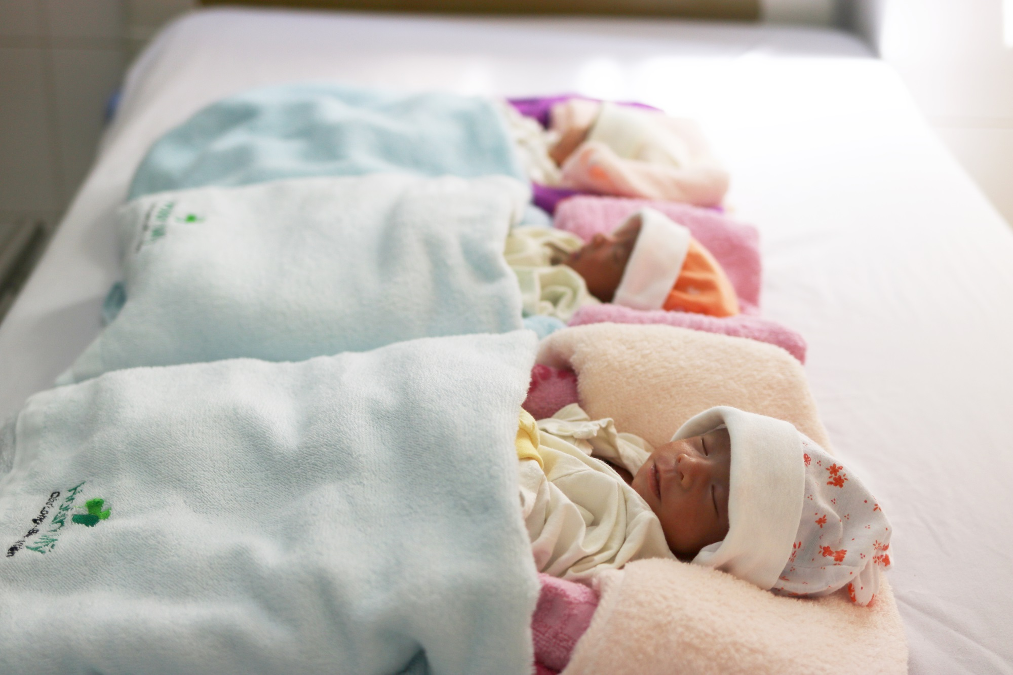 Cấp cứu thành công sản phụ 35 tuần suy thai, 3 bé sơ sinh chào đời an toàn - Ảnh 1