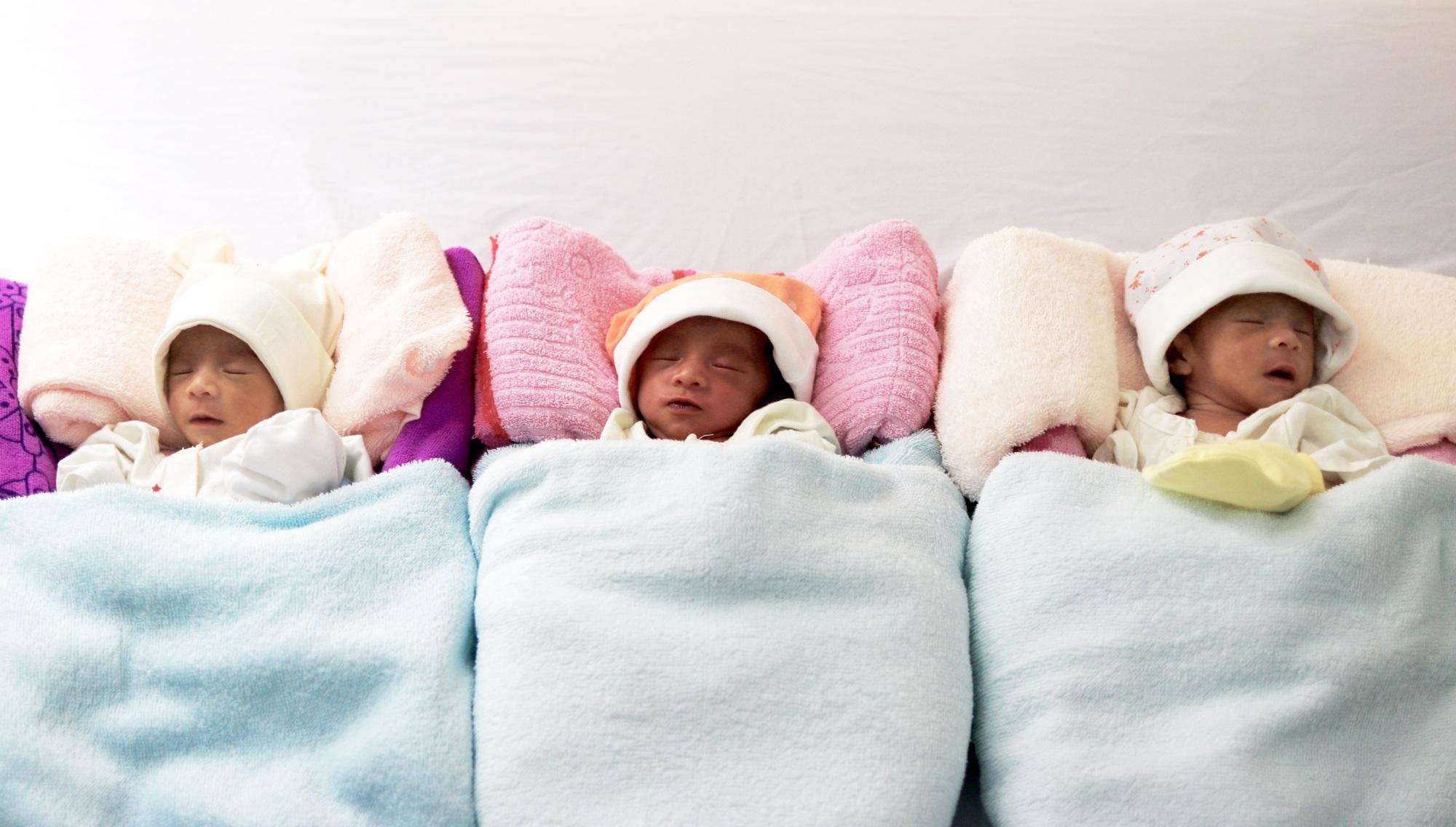 Cấp cứu thành công sản phụ 35 tuần suy thai, 3 bé sơ sinh chào đời an toàn - Ảnh 2