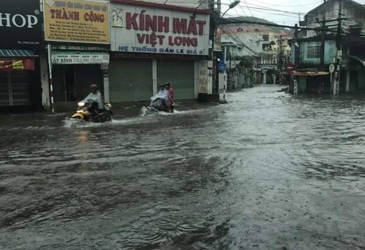 Nha Trang thành biển nước, đèo sạt lở vì bão số 8 - Ảnh 3