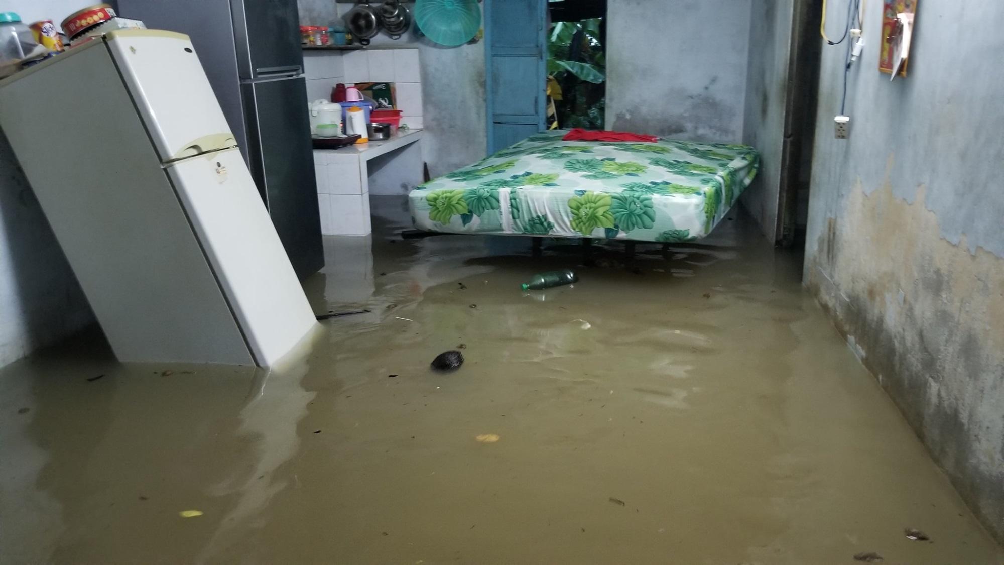 Nha Trang thành biển nước, đèo sạt lở vì bão số 8 - Ảnh 4
