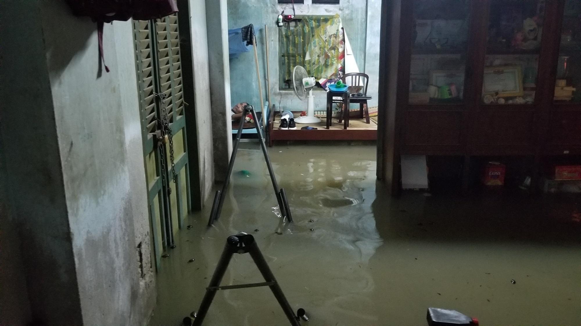 Nha Trang thành biển nước, đèo sạt lở vì bão số 8 - Ảnh 5