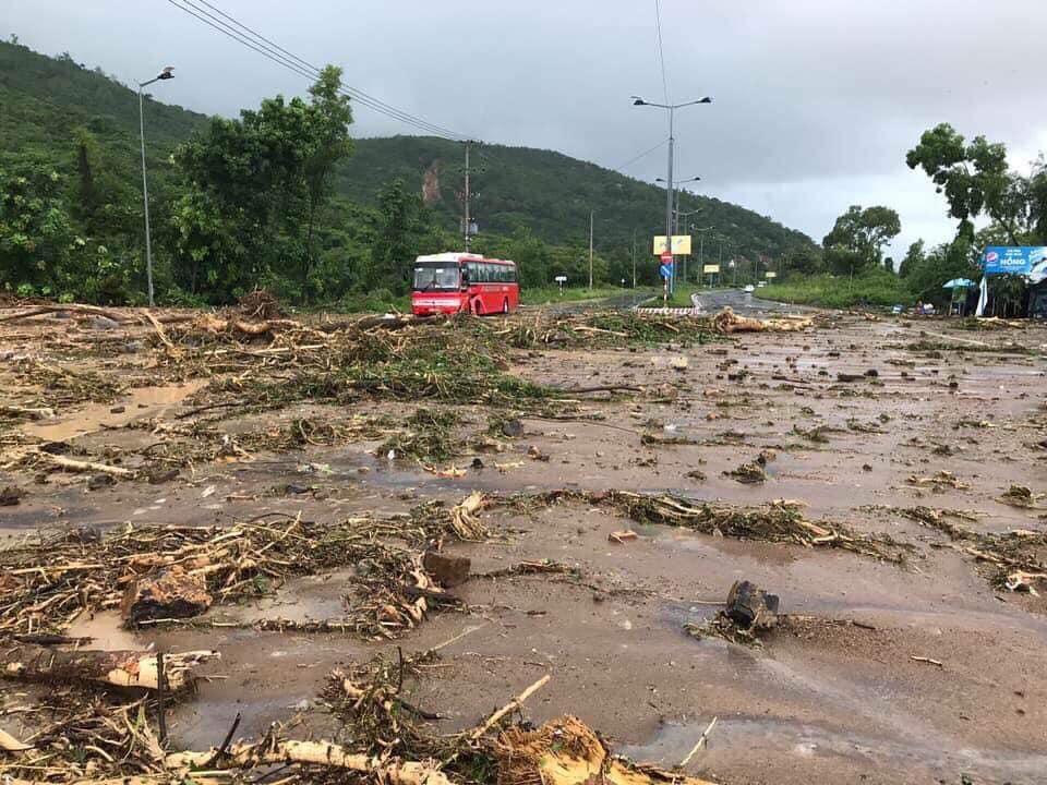 Nha Trang thành biển nước, đèo sạt lở vì bão số 8 - Ảnh 6