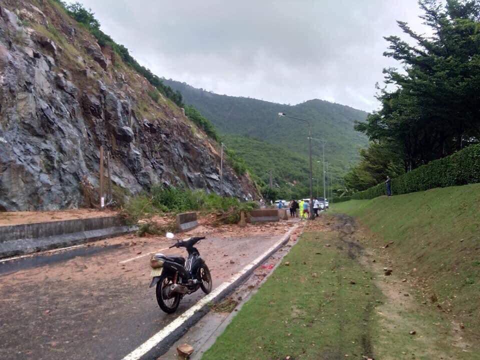 Nha Trang thành biển nước, đèo sạt lở vì bão số 8 - Ảnh 7