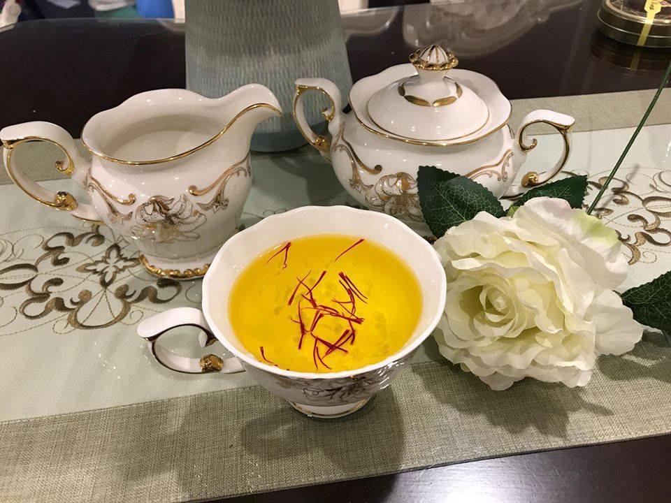 Uống trà hoặc pha sữa nhụy hoa nghệ tây uống mỗi ngày