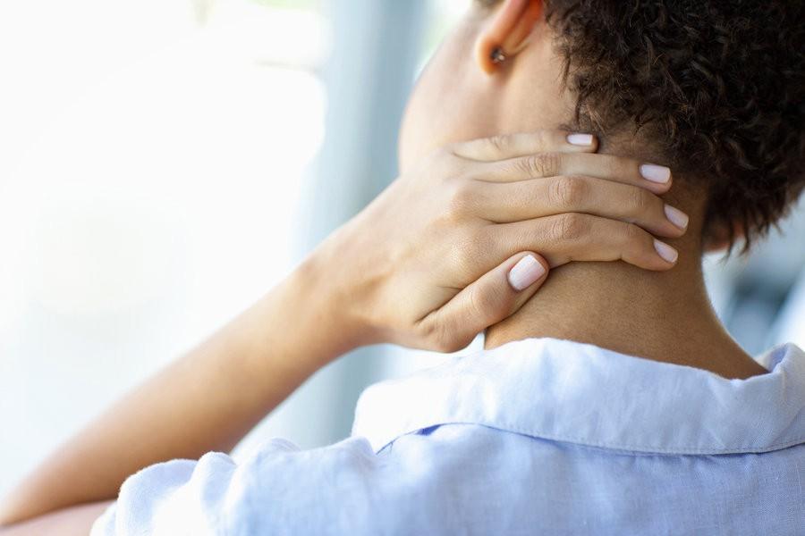 cổ bị cứng đột ngột, đau và khó di chuyển là một trong những dấu hiệu của chứng phình động mạch não